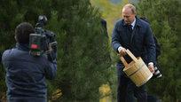 Путин посадил дерево и похлопал Обаму по плечу
