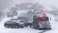 В США снежные бури, прокатившиеся почти по всей территории страны в минувшие выходные, нарушили авиасообщение и привели к транспортному коллапсу на дорогах. Работники аэропортов раздают подушки и одеяла людям, застрявшим из-за отмены рейсов.