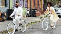 Традиционной свадьбу Соланж Ноулз и Алана Фергюсона не назовешь. Супруги ехали не на шикарной машине, а на белоснежных велосипедах. Гости тоже отличились…