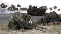 Южнокорейские морские пехотинцы принимают участие в совместных военных учениях с США на пляже Пхохана, Южная Корея.