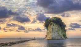 Острова бывают разными. Необитаемыми. Опасными. В любом случае — они красивы.