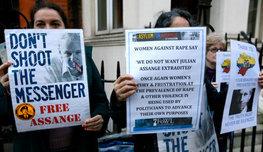 ООН требует не преследовать Ассанжа, а британская полиция рвется арестовывать. Что происходит с основателем WikiLeaks прямо сейчас? Посмотрите!