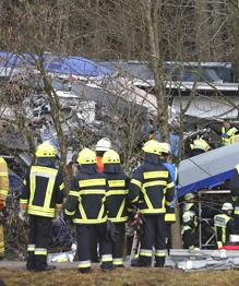 Лобовое столкновение пассажирских поездов в Германии: сотни пострадавших