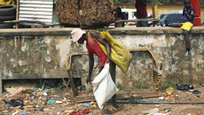 Количество людей, заразившихся вирусом Эбола в Гвинее, Либерии и Сьерра-Леоне, увеличилось за три дня на 700 человек. По состоянию на начало декабря в мире насчитывается 16 899 зараженных, свидетельствуют данные, опубликованные вчера Всемирной организацией здравоохранения.