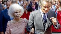 Самая титулованная женщина в мире, 85-летняя испанская герцогиня Альба, владелица древних замков и коллекций произведений искусства, вышла замуж в третий раз. Несмотря на протесты многочисленных родственников, избранником влюбленной женщины стал сотрудник департамента соцобеспечения 61-летний Альфонсо Диес, который младше нее на 24 года. Ради свадьбы с любимым знатной даме пришлось отказаться от богатства.