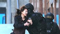 Неизвестный злоумышленник продолжает удерживать в сиднейском кафе  Линдт  (Австралия) заложников.Однако местные СМИ сообщают, что уже пяти сотрудникам удалось вырваться из плена террориста.