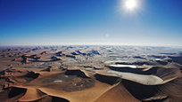Фотограф Мартин Харви совершил большое путешествие по Намибии, Ботсване и Кении на самолете и воздушном шаре. Результатом этого путешествия стали множество сногсшибательных фотографий, сделанных с высоты птичьего полета. В числе прочего, в объектив фотографа попала пустыня Намиб, снимки которой, поражают своей безжизненной красотой.