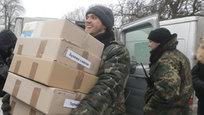 Солдаты украинской армии радостно позируют для фото на своем блокпосту в Дебальцево (Донецкая область, Украина) — им привезли новогодние и рождественские подарки. Впрочем, солдаты также периодически шлют  подарки  братьям-украинцам  на той стороне . Еще недавно самым  приятным угощением  для восставшей против Майдана Новороссии в ВСУ считали  посылки  из  Градов  и тяжелых гаубиц… Сегодня, во время хрупкого перемирия, к счастью, ограничиваются лишь  фейерверками  и  бенгальскими огнями  из стрелкового оружия…