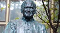 Во дворе Всероссийской государственной библиотеке иностранной литературы в Москве сегодня состоялось торжественное открытие памятника папе римскому Иоанну Павлу II.