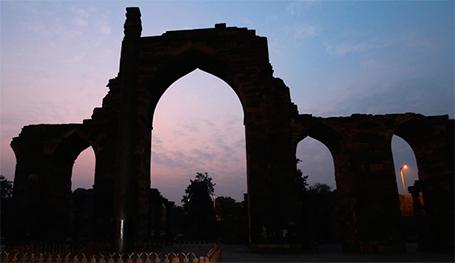 Кутб-Минар, также Кутуб-Минар или Кутаб-Минар, — это одновременно и триумфальная башня, и сторожевая вышка, и самый высокий в мире кирпичный минарет. Этот шедевр ранней индо-исламской архитектуры построен в Дели несколькими поколениями правителей Делийского султаната. С 1993 года — объект всемирного наследия ЮНЕСКО. Здесьже находится колонна исполнения желаний, сделанная из загадачного материала. Почему его так долго строили, но в результате так и не завершили строительство, как было задумано?