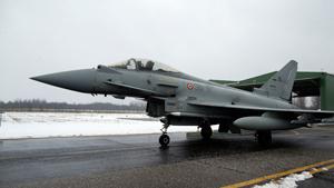 Накануне в Литве, на авиабазе в Шяуляе, состоялась церемония передачи эстафеты миссии НАТО  Baltic Air Policing . Охрану неба над Литвой, Латвией и Эстонией от португальцев и канадцев переняли итальянцы с четырьмя истребителями Eurofighter Typhoon. Помогать итальянцам будут поляки с четырьмя самолетами  Миг-29  и 120 солдатами.