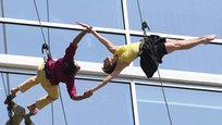 Опасные танцы на стеклянной стене