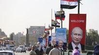 Улицы и площади по-летнему теплого в эти февральские дни многомиллионного Каира увешаны плакатами с портретами российского президента Владимира Путина, который в понедельник прибыл в столицу Египта.