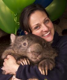 Жительница австралийского острова Флиндерс Кейт Муни ищет претендентов на должность обнимателя маленького вомбата.