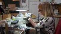 Знакомьтесь: Аннет Джебедей из Сомерсета. Ювелирных дел мастер, берущийся за самые сложные и дорогие заказы. При этом она с самого рождения лишена пальцев на обеих руках. На ее примере мы понимаем: рожденный ползать однажды взлетит.