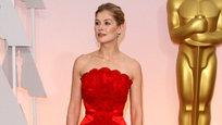 Критики моды продолжают оценивать наряды и украшения знаменитостей, которые прошлись по красной дорожке  Оскара-2015 . Как обычно, названы самые лучшие и худшие образчики нарядов голливудских красавиц.
