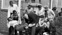 21 марта 1965 года члены Студенческого координационного комитета ненасильственных действий (Тhe Student Nonviolent Coordinating Committee) и их сторонники вышли на третий марш протеста из города Сельма в Алабаме, намереваясь завершить его у дома губернатора штата в городе Монтгомери. Первый протест состоялся полвека назад — 7 марта 1965 года. Этот день в американской истории с тех пор называется  Кровавое воскресенье  (Bloody Sunday).