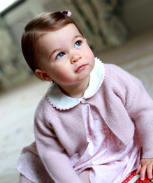 Королевская семья Британии отмечает годик принцессе Шарлотте.