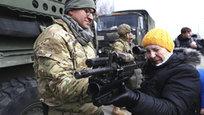 Колонна танков и других боевых машин НАТО, по большей части американских, в эти дни совершает демонстрационный поход по улицам городов Евросоюза. В социальных сетях Прибалтики уже окрестили этот поход как  повальное сумасшествие  и  марш идиотов  - более резкие определения мы упустим…