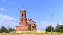 Церковь Рождества Пресвятой Богородицы находится на самом возвышенном месте села.