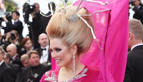 Не так просто купить оригинальный наряд, сделать необычную причёску и продефилировать по  красной дорожке  перед церемонией открытия Каннского фестиваля. Именно ради этого момента многие вообще отправляются на Лазурный берег…