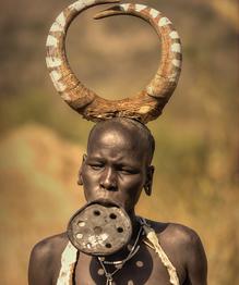 Что скрывается за обычаем женщин из племени мурси уродовать себя. Объясняетли это желание сделать тату или пирсинг?
