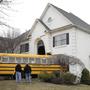 На этой неделе произошло несколько необычных ДТП в США, где в одном случае школьный автобус въехал в жилой дом. В Нью-Йорке произошло лобовое столкновение между полицейским и грузовым автомобилями.