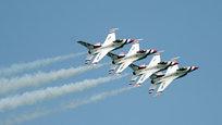 Подразделение ВВС США Thunderbirds ( Буревестники ) провели учебные полеты, готовясь к церемонии открытия авиашоу в Лодердейле (Флорида).