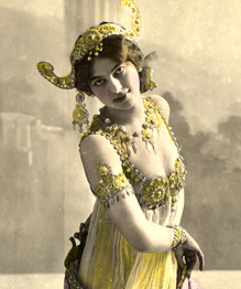 Мата Хари — знаменитая танцовщица, куртизанка и шпионка. Настоящее имя роковой соблазнительницы — Маргарета Гертруда Зелле. Маргарета родилась 7 августа 1876 года в Нидерландах. В начале карьеры работала натурщицей в Париже. Из-за нехватки денег устроилась в цирк и выступала в качестве цирковой наездницы. Позже, благодаря своей красоте и пластике, Маргарета покорила столицу Франции, работая танцовщицей. По слухам, в военные годы она работала шпионкой на немецкую разведку, в результате чего была расстреляна по приговору французского суда.