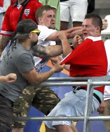 У мировой общественности должны возникнуть нелицеприятные вопросы к организаторам Евро-2016, допустившим массовые побоища футбольных фанатов во Франции.