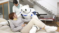 Японская нация настолько увлечена роботами, что порой кажется, самих жителей страны Восходящего солнца из плоти и крови уже меньше, чем уникальных созданий с искусственным интеллектом. Роботы проникли во все сферы жизни. Есть роботы музыканты и учителя, роботы слуги, и вот теперь появился робот-санитар. Осталось только сделать робота-политика.