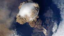 Извергающиеся вулканы — это не только завораживающее зрелище, но и трагедия для многих людей, попавших под удар стихии. Все живое вокруг уничтожает удушливый смрад, раскаленная лава и порой многометровые цунами.