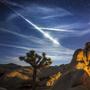 Остановить прекрасное мгновение нам помогает искусство фотографии, а точнее, фотографа. Сколько терпения необходимо для такой творческой работы, чтобы месяцами готовиться к снимку пролетающего в небе спутника. И какая требуется реакция, чтобы заснять вдруг мелькнувший над головой метеорит.