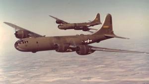 Летающие крепости ,  Старфайтеры ,  Молнии ,  Валианты  и другие — десятки марок и десятки тысяч единиц боевых воздушных машин произвели в США в период Второй мировой и так называемой холодной войны. Наш фоторассказ — только о некоторых из них.