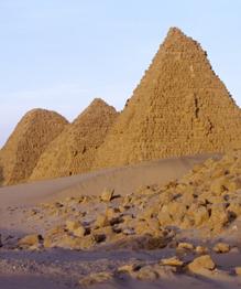 Почти во всех частях света в разное время разные народы возводили пирамидальные постройки. От малых до гигантских. Ученые спорят о назначении пирамид.