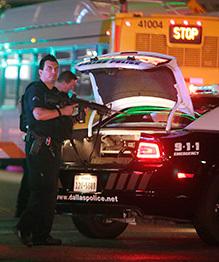 В Далласе десять полицейских пострадали в ходе беспорядков, возникших в ходе акции протеста против полицейского беспредела.