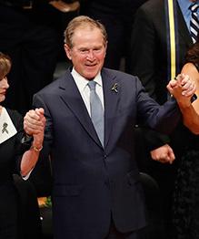 Джордж Буш станцевал на похоронах полицейских в Далласе.