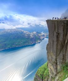 Британский фотограф Пол Эдмундсон 16 лет назад переехал в Норвегию. Красоты этой страны настолько покорили сердце 34-летнего англичанина, что он решил навсегда остаться среди живописных фьордов, зеленых лугов, рек и заснеженных гор.