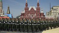 Десятки тысяч москвичей наблюдали генеральную репетицию парада, посвященного 70-й годовщине победы советского народа в Великой Отечественной войне, которая прошла в Москве.
