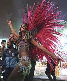 Вот и закончилась летняя Олимпиада в Рио-де-Жанейро. Лучшие моменты прощальной церемонии на стадионе  Маракан  — в нашем фоторепортаже.