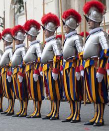 Смешные и почтенные старички Папы Римские далеко не всегда казались такими милыми и смешными. В XVI веке, во времена Папы Римского Юлия II, чье правление представляло череду непрерывных войн, фигура понтифика вселяла трепет отнюдь не только религиозный. Он лично участвовал в военных походах, и именно он распорядился создать Швейцарскую гвардию Ватикана. С тех пор многое изменилось, а гвардия благополучно существует до сих пор.