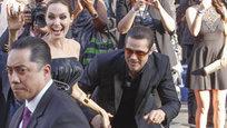 Скандальный украинский журналист Виталий Седюк, который уже пытался залезть под юбку актрисы Америки Ферреры на ковровой дорожке Каннского кинофестиваля, вновь отметился в прессе. На сей раз хулиган от СМИ был задержан полицией, после того как ударил по лицу актера Брэда Питта перед премьерой сказки  Малефисента , в которой главную роль исполняет супруга Питта Анджелина Джоли.