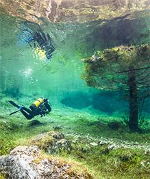 В Австрии есть очень необычное озеро среди гор, вода в котором поднимается из-за таяния снегов в определенное время года и затапливает близлежащий парк.