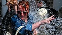 Во Львове (Западная Украина) молодежь встретила Пасхальные праздники массовыми обливаниями водой. Поливальный понедельник - давняя Украинская традиция. Испокон веку в этот день ребятам полагалось поливать девушек водой, выражая тем самым свою симпатию.