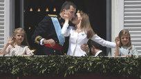 Новый король Испании Фелипе VI, уже бывший наследный принц Фелипе, накануне был провозглашен монархом и пообещал служить верой и правдой интересам испанских граждан, в чем принес присягу на конституции страны. За несколько минут до этого отрекшийся от престола Хуан Карлос I передал новому монарху красный пояс — регалию главнокомандующего вооруженными силами государства. Фелипе VI подполковник сухопутных сил, капитан второго ранга ВМС и подполковник ВВС Испании. Имеет квалификацию пилота вертолета.