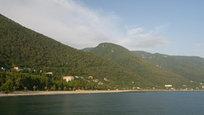 Абхазия – страна, в которой идеально сочетаются древние традиции и достопримечательности, великолепная природа и идеально чистый воздух. Именно здесь можно объединить отличный пляжный отдых с экскурсиями и горнолыжным туризмом. Главная достопримечательность Абхазии – это её уникальная природа. Не стоит превращать путешествие по Абхазии в гонку по историческим местам. Просто наслаждайтесь великолепными пейзажами, дышите свежим морским воздухом.