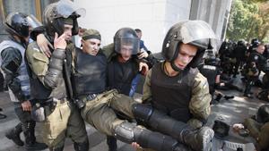 Демонстранты, протестующие против изменений в конституции Украины и децентрализации власти, напали на отряд национальной гвардии. Новая стычка произошла на улице Грушевского.