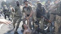 Как минимум один человек получил ранения в результате беспорядков, которые произошли в четверг на Майдане Незалежности в центре Киева из-за демонтажа коммунальщиками баррикад.