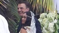 Уходящий год собрал богатый урожай звездных свадеб. Примечательно то, что в 2012 году вступили в брак даже самые отъявленные холостяки. Много было и очень неожиданных свадеб, из серии  Ктобы мог подумать .
