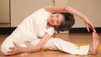 Кто сказал, что в 92 года люди доживают свой век? Как бы не так. Одна из старейших в мире мастеров йоги Тао Порчон-Линч умудряется и в таком возрасте проявлять чудеса гибкости. И это - после тяжёлой операции.